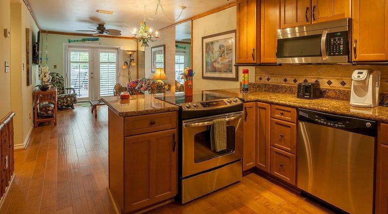 Questa cucina è completamente attrezzata con pentole, padelle e bar per la colazione.