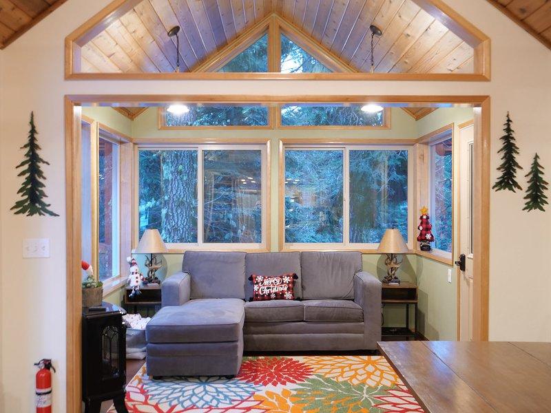 #49 The Cabins at Hyatt Lake - Sleeps 4 - Hot Tub, holiday rental in Hornbrook