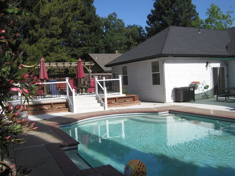 Grand Château 2-bedroom unit. Pool access., vacation rental in Fair Oaks
