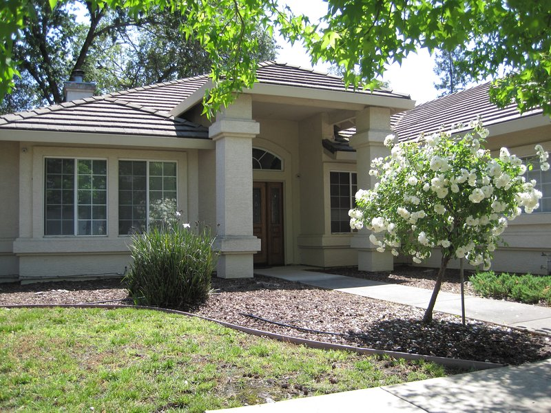 Comfy 3 beds/2 bath private unit with backyard, vacation rental in Fair Oaks