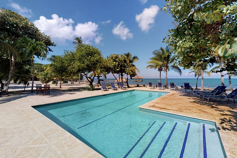 Tropical oceanview villa, with a shared pool and dock access, casa vacanza a Dixon Cove