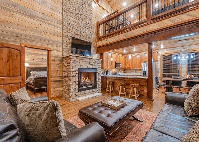 Brand New! Tall Chief Cabin 2 Br; 3 Bth; Loft; Sleeps 12; Fire Pit; Balcony!, aluguéis de temporada em McCurtain County