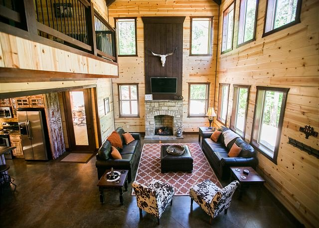 'On the Rocks' Luxury Cabin! 5 Bdms;4 Bths;Hot Tub;Fire Ring; Outside Kitchen, holiday rental in Broken Bow