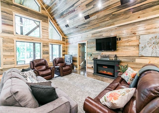 New! Augusta Pines Luxury Cabin; 2 BR; 3Bth;Hot Tub; Fire Ring; Shuffleboard, holiday rental in Broken Bow
