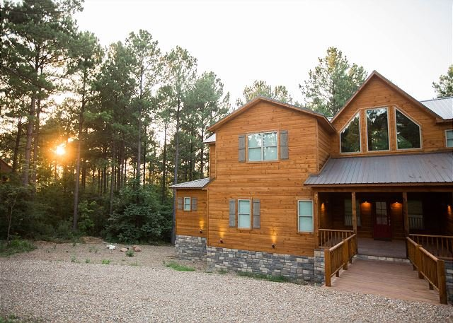 New! Spacious! Party of Five Lodge! 5 Bdrms;4.5 Bths; Game Room; Hot Tub;Deck, vacation rental in Broken Bow