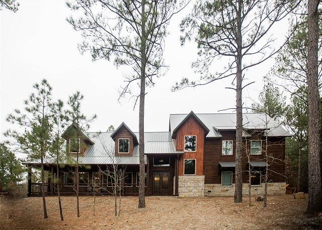 Brand new! Spacious! Palmetto Moon -6 BR; 6.5BthGame Room; Bunk Rm; Fire Pit, holiday rental in Broken Bow