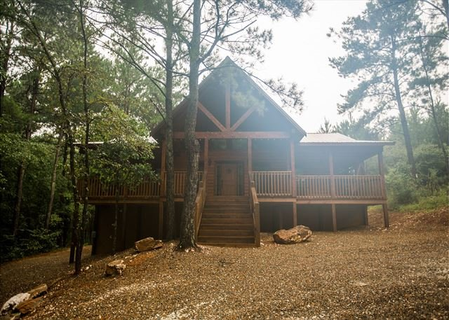 Tree Top Tango! 3 BR, 2 Bth; Shuffleboard; Hot Tub; Fire Ring; Wood Provided, holiday rental in Broken Bow