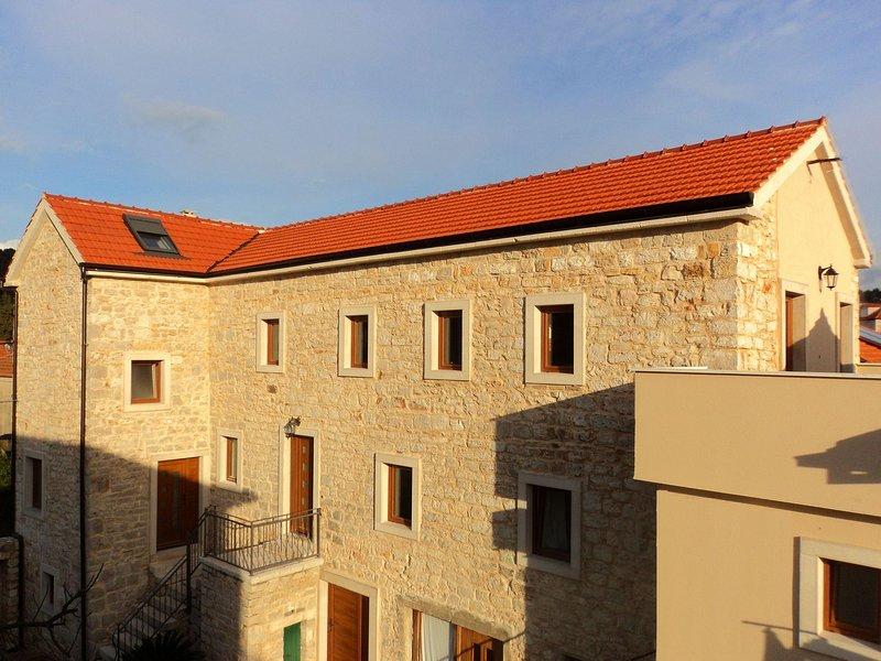 Jelsa Apartment Sleeps 8 with Air Con - 5409135, casa vacanza a Pitve