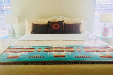 Ouderslaapkamer met kingsize bed, tv en eigen hoofdbad