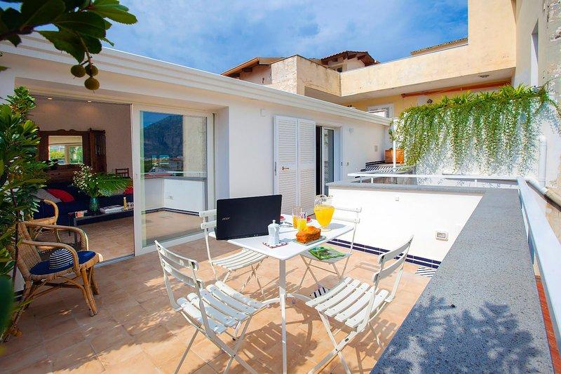 AMORE RENTALS - Casa Iommart with Private Terrace, Air Conditioning and Internet, location de vacances à Sant'Agnello