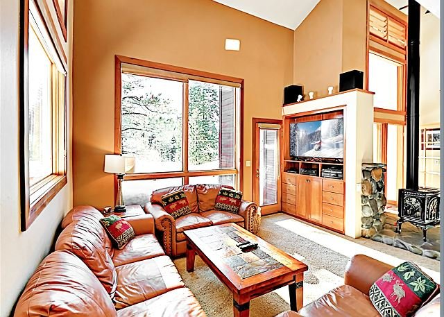 Spacious Tahoe Donner Gem + Sleeping Den - Bike Downtown, holiday rental in Truckee
