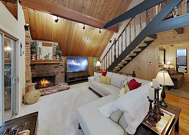 Family-Friendly Cabin w/ Private Hot Tub, 2 Fireplaces & Game Room, alquiler de vacaciones en Lake Arrowhead