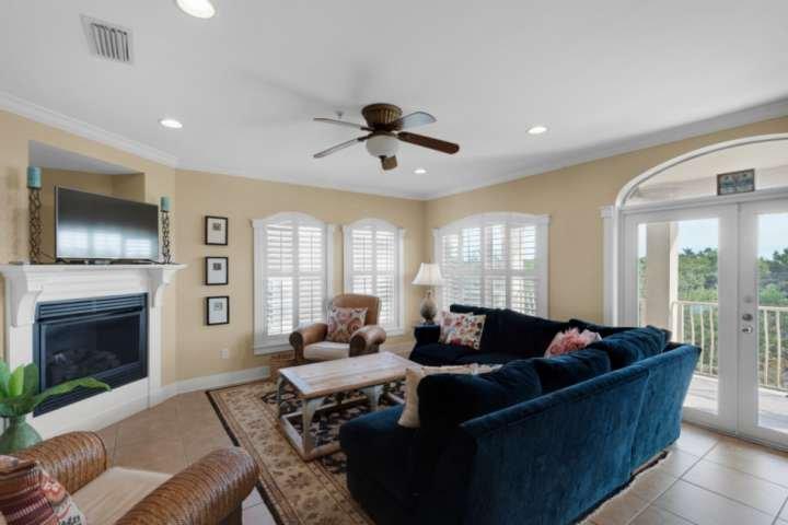 Gran sección en la sala de estar para relajarse y ver la televisión en la pantalla plana.