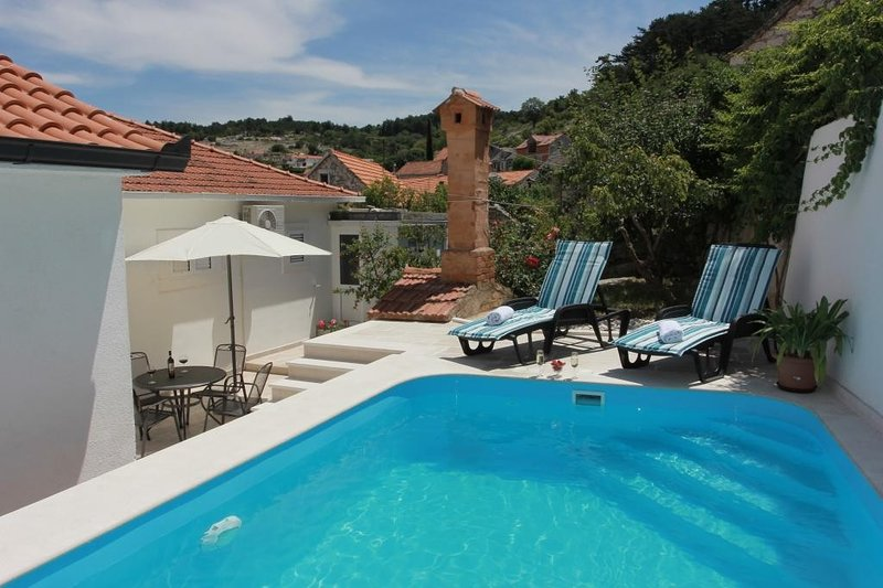 Holiday House Pine Tree - Three Bedroom Holiday Home with Pool, vacation rental in Nerezisca