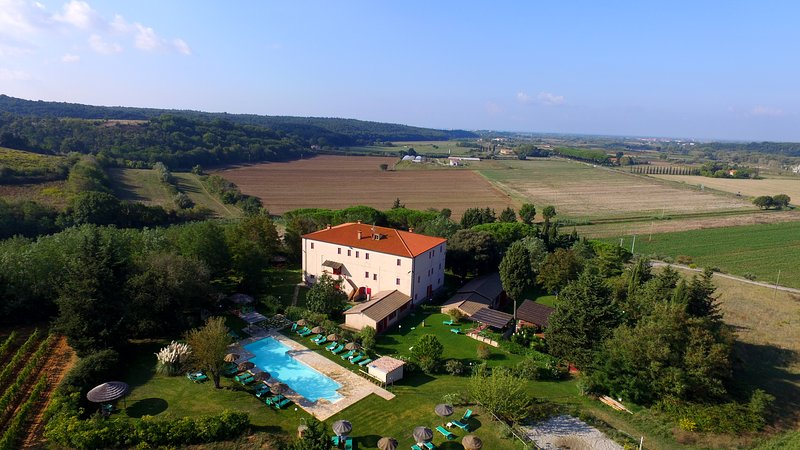 Tuscan Farm with large park and pool, near the beach, location de vacances à Montescudaio