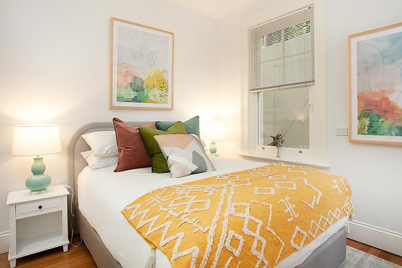 Funky Inner West Studio with Patio, 20 Min from CBD, holiday rental in Summer Hill