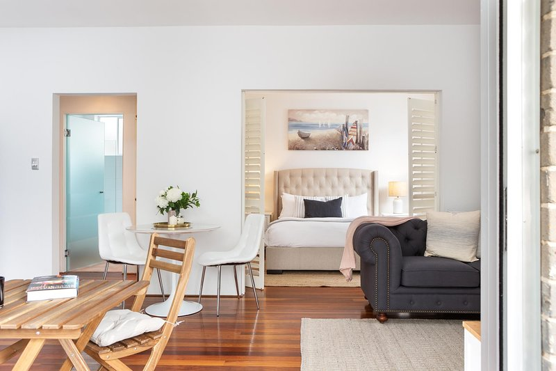 Tasteful Apartment With Balcony In Cammeray, holiday rental in Crows Nest