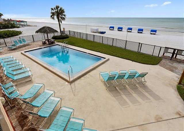 Emerald Isle 103 Directly Beach Front/Remodeled/Tasteful decor/Huge balcony!, casa vacanza a North Redington Beach