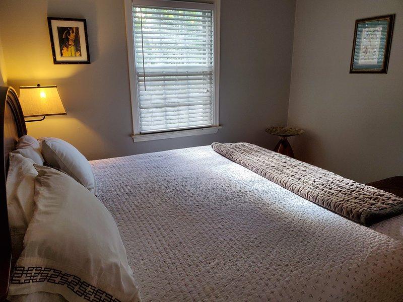 ¡La cama King con almohadas cómodas y sábanas de hilo alto asegurarán una estadía tranquila!