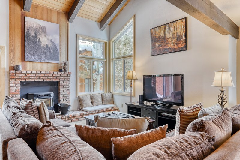 Cozy, updated condo w/ shared sauna, pool & hot tub - close to Eagle Lodge Chalet in Mammoth Lakes