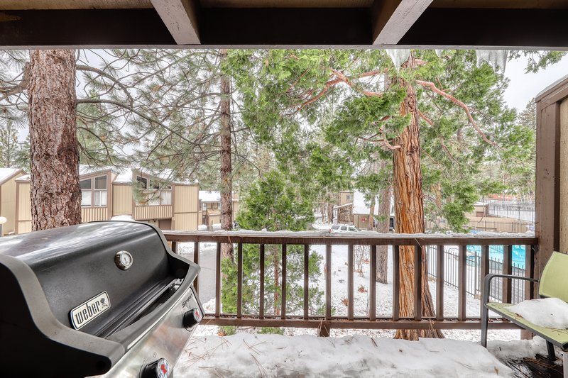 Fun, woodsy condo w/ fireplace and private grill near skiing and Lake Tahoe! Chalet in Alpine Meadows