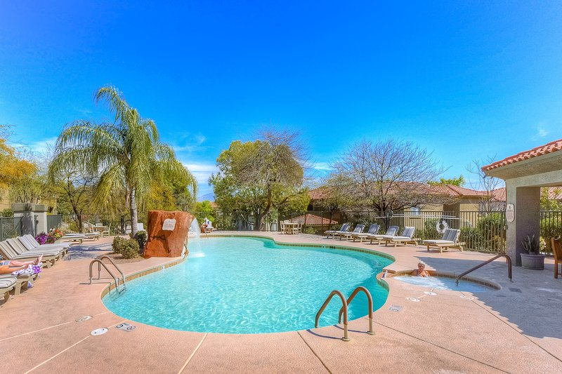 New listing!! Updated Tucson condo with shared pool, hot tub, and gym!, holiday rental in Catalina Foothills