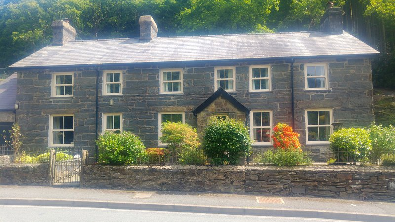 Glyn Awel - Large cottage at the foot of Snowdon, holiday rental in Nant Gwynant
