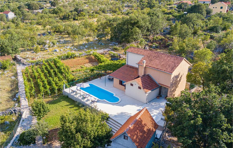Nice home in Mravnica with WiFi and 3 Bedrooms (CDJ117), location de vacances à Prapatnica