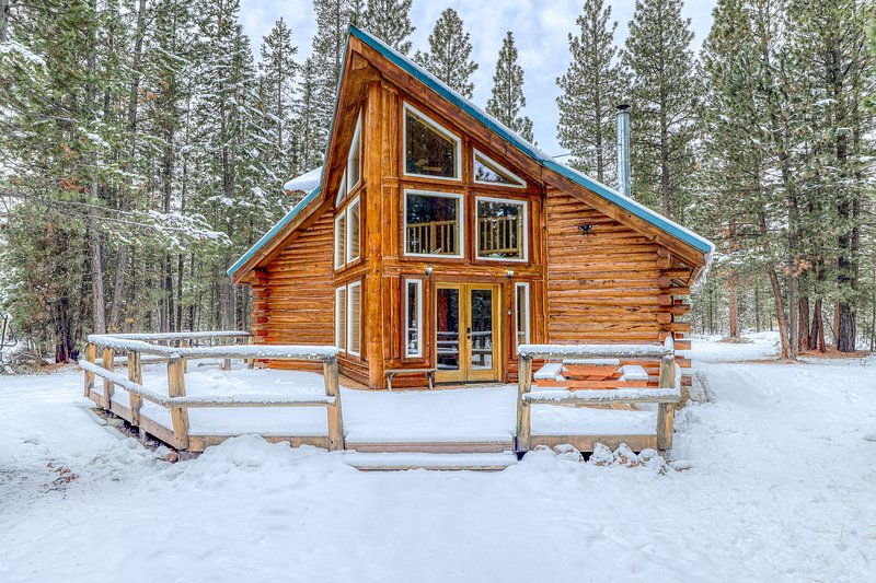 Warm and cozy log cabin in a secluded, peaceful forest setting!, vacation rental in La Pine