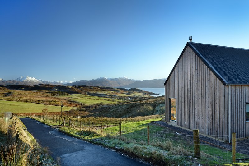 Skye Lair - five star, luxury home with Scottish-Scandi ambience, casa vacanza a Sleat