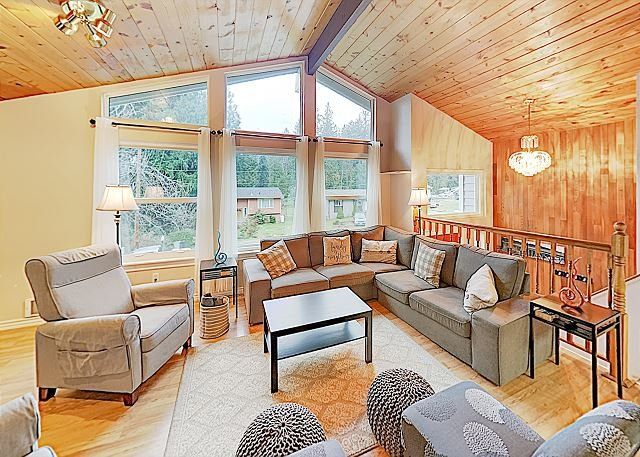 Family Getaway w/ Big Private Deck, Play Area & Game Room - Near Lone Lake, casa vacanza a Langley