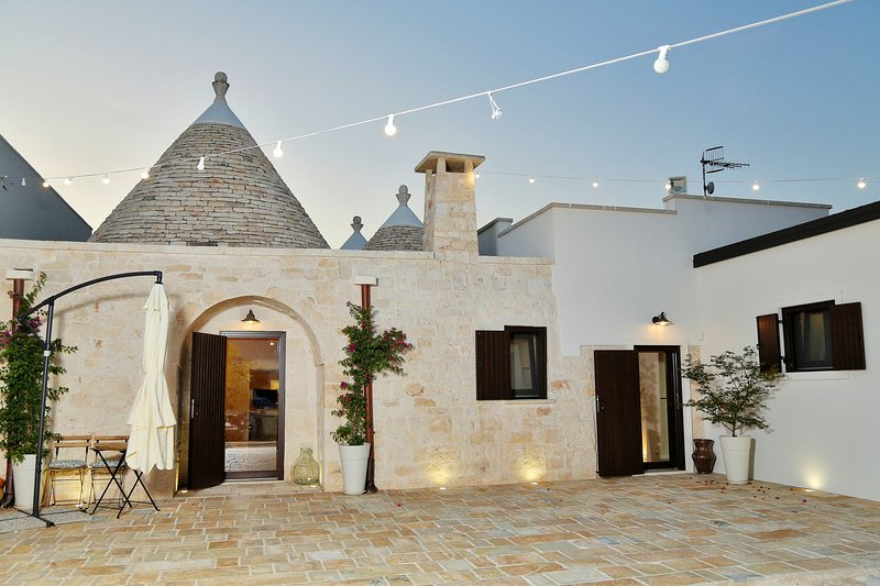 Stylish Trulli with Panoramic View in Puglia, holiday rental in Macchia di Monte