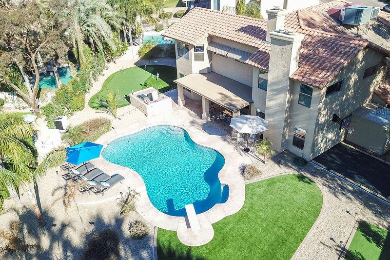 Maison de luxe entièrement rénovée avec 6 chambres 3.5 salles de bain avec une oasis d'arrière-cour