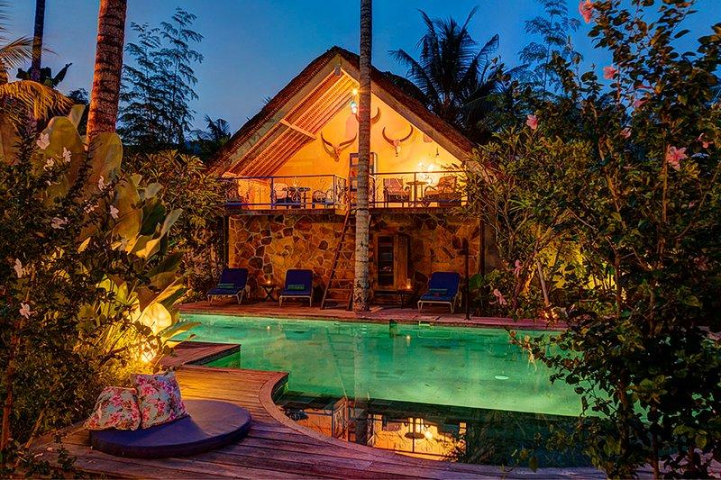 the villa and its pool at the nightfall