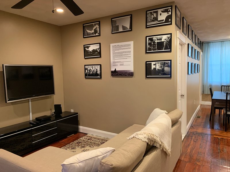 Entire 2br Spacious Modern Private Art Gallery Close to Subway Airport Downtown, vacation rental in Boston