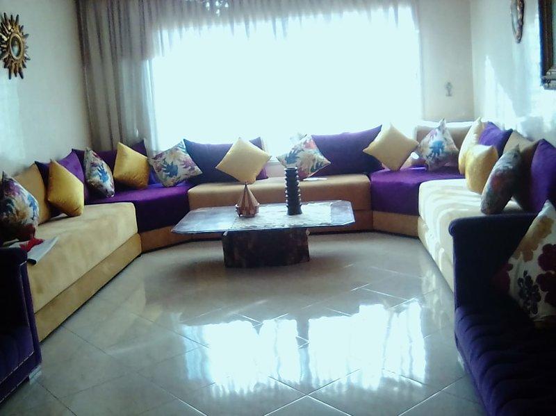 Spacious apartment with balcony, alquiler de vacaciones en Nouaceur