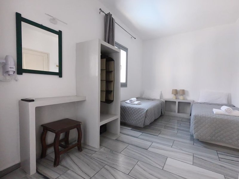 2 single beds Studio 30 meters from Perissa Beach, holiday rental in Perissa