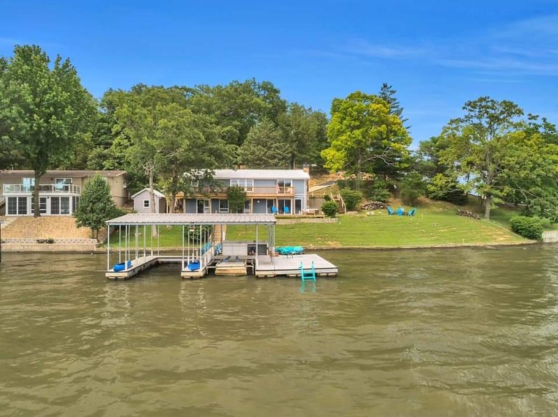 Amazing view, check out all the water toys included, dock & boat slip, location de vacances à Lake of the Ozarks