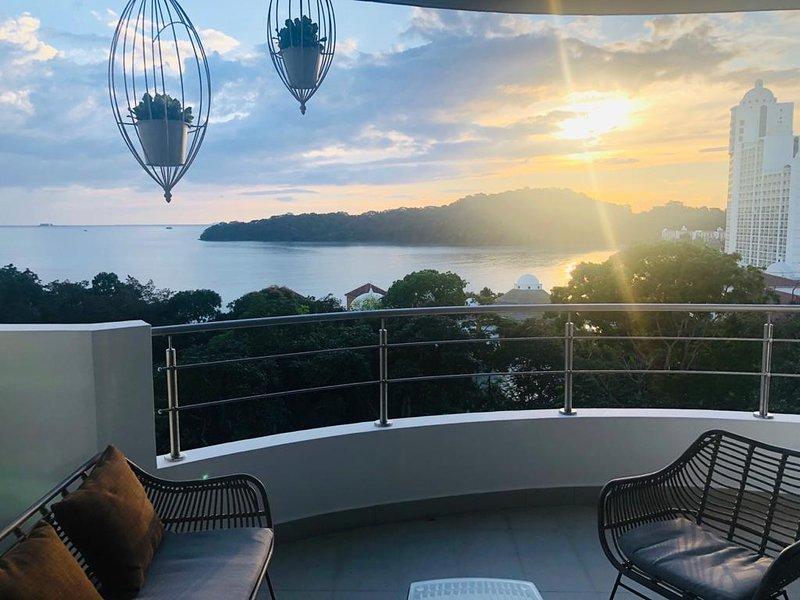 Admirez le coucher de soleil sur l'océan.