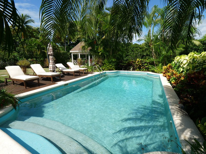 Gibbs Lodge: Private Luxury by Gibbs Beach (Less than 3 minute walk to beach)., vacation rental in Mullins