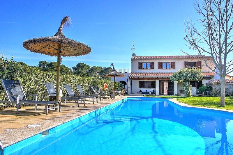 Villa Ca Na Capitana, beautiful family villa for rent with pool and garden, alquiler de vacaciones en Ariany