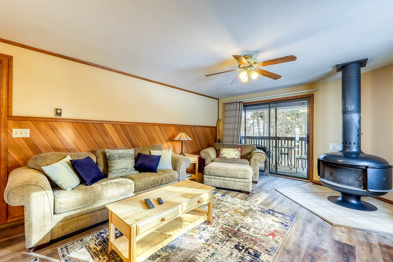 Inviting condo w/ a wood stove & shared tennis courts - near the lake!, vacation rental in Tamarack