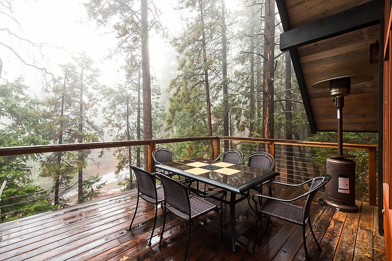 Beautiful, dog-friendly cabin with large decks, forest views, jetted tub, & more, location de vacances à Pine Cove