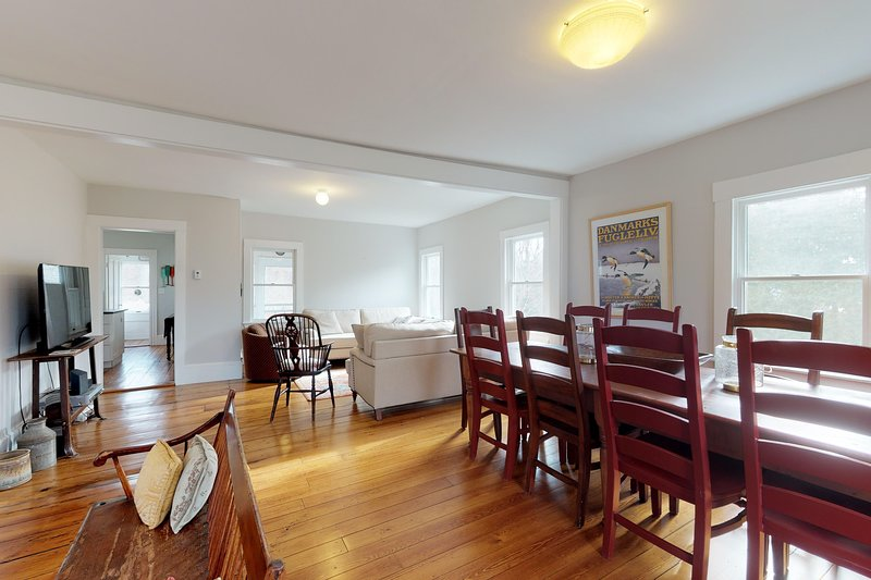 Three-story home and adjacent apartment w/ large lawn, grill & central AC!, location de vacances à Wellfleet