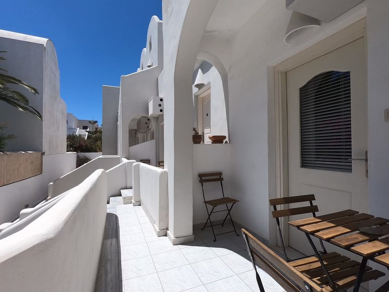 Family home 30 meters from Perissa Beach, vacation rental in Perissa