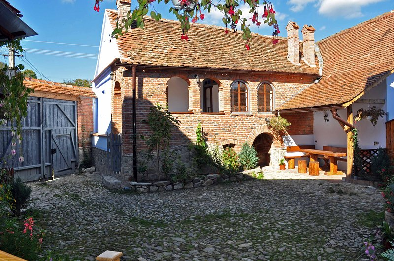 • Casa Nicu • ancient Carpathian cottage near Sibiu Transylvania Romania, vacation rental in Central Romania