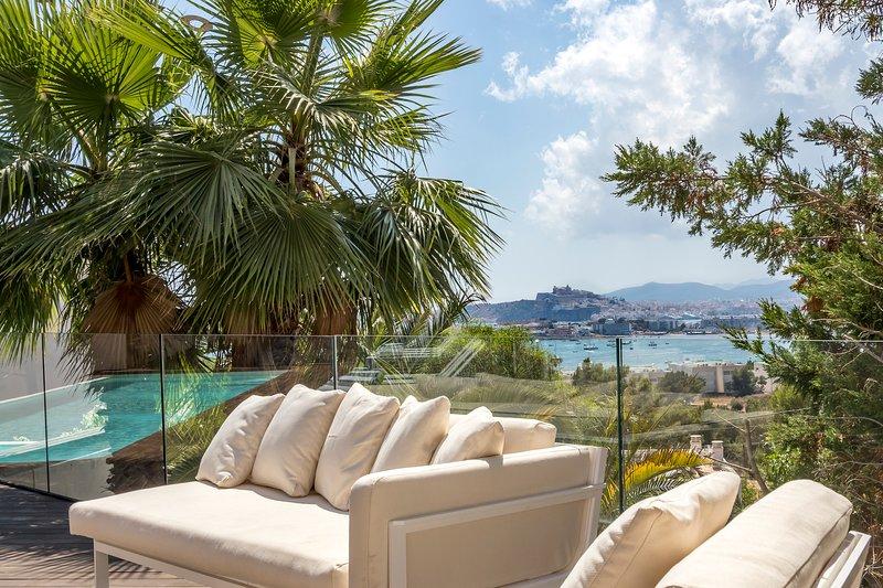 Ubér Luxury Sea-View Villa - 3 mins to Talamanca Beach, Ibiza Port and Old Town, location de vacances à Roca Llisa