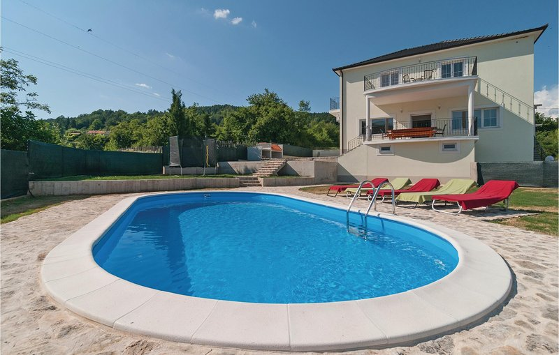 Stunning home in Sinj with Outdoor swimming pool, WiFi and 5 Bedrooms (CDE970), location de vacances à Sinj