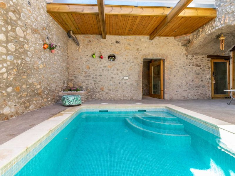 Beautiful cottage for 11 people, private pool, wifi, sauna, location de vacances à Pontos