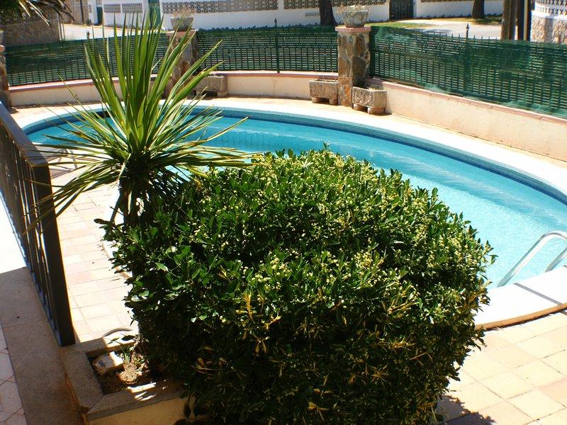 Casa de 4 habitaciones, 2 baños, piscina privada, holiday rental in Vilacolum